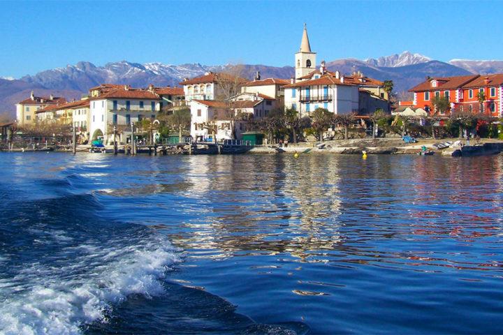 Un viaggio alla scoperta del Lago Magiore e delle sue famose isole con l'esperienza l'enogastronomica della regione Piemonte. In sella alla moto, alla Vespa o guidando una 500 ABARTH. HILLS & WHEELS Travel.